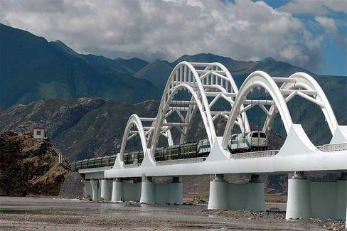 Höhenluft: Nahe Lhasa muss der Zug noch die La Sa Te-Brücke überqueren