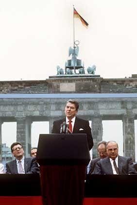"""""""Herr Gorbatschow, reißen Sie die Mauer nieder!"""" Ronald Reagan während seiner Rede vor der Berliner Mauer am Brandenburger Tor am 12.6.1987, neben ihm Bundeskanzler Helmut Kohl (r) und Bundestagspräsident Philipp Jenninger"""