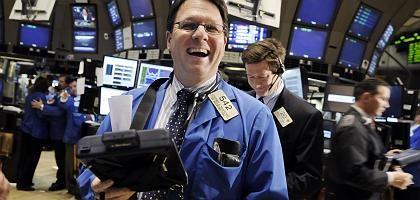 Händler in bester Laune: An der New York Stock Exchange freuen sich die Broker am Montag über ein gutes Geschäft. Der Dow Jones gewinnt in der Spitze mehr als 500 Punkte.