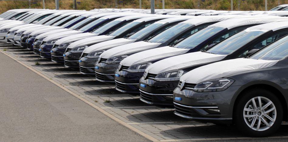 Wegen der WLTP-Umstellung noch nicht zugelassene VW-Neuwagen auf dem Parkplatz des BER-Flughafens