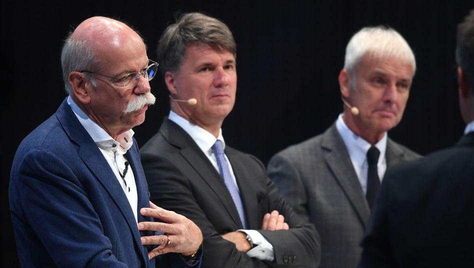 Beziehung gestört: Daimler-Chef Dieter Zetsche (l.) und BMW-Chef Harald Krüger (Mitte)