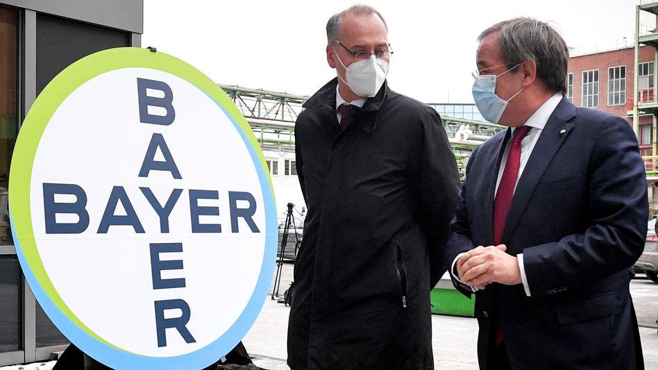 Symbolkraft: Bayer-Chef Werner Baumann und der heutige CDU-Kanzlerkandidat Armin Laschet im Februar im Biotechnikum von Bayer in Wuppertal, das zum Curevac-Produktionsstandort ausgebaut wird