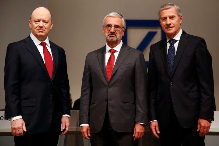 Enttäuschter Aufsichtsratschef Paul Achleitner zwischen CEO John Cryan und dessen bisherigem Co-Chef Jürgen Fitschen