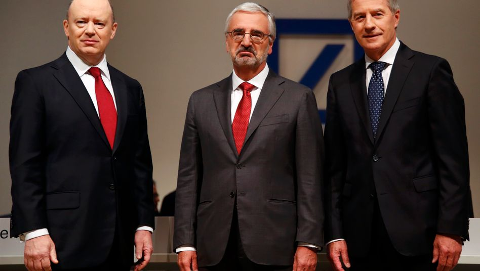Paul Achleitner auf der jüngsten Hauptversammlung der Bank im Mai zwischen CEO John Cryan (l.) und Jürgen Fitschen, der inzwischen aus dem Vorstand ausgeschieden ist.