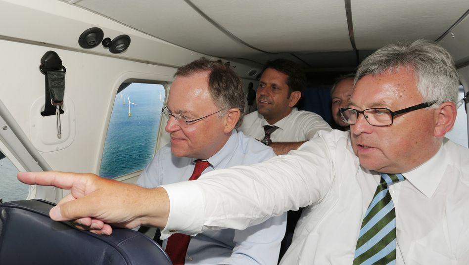 Niedersachsens Ministerpräsident Stephan Weil (l) und Wirtschaftsminister Olaf Lies (dahinter) überfliegen Offshore-Windpark (Archivbild von 2013)