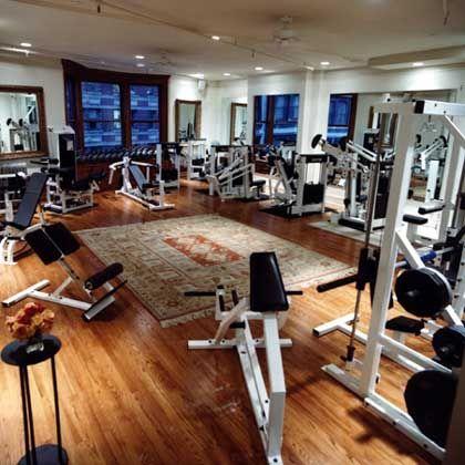 Edel schwitzen: Holzboden und Teppich im Trainingsraum im Madison Square Club