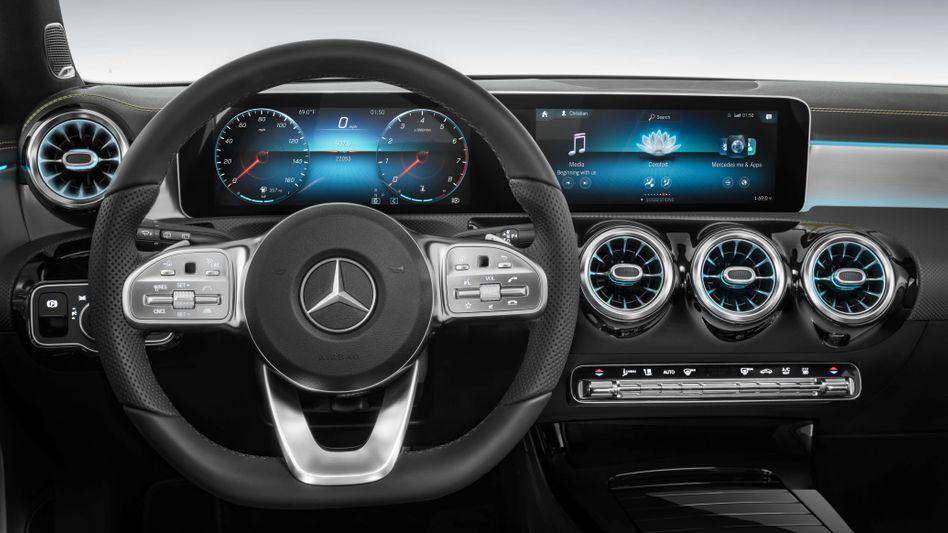 Cockpit einer Mercedes-Benz A-Klasse: Wer zahlt die Lizenzen für die Telefontechnik?