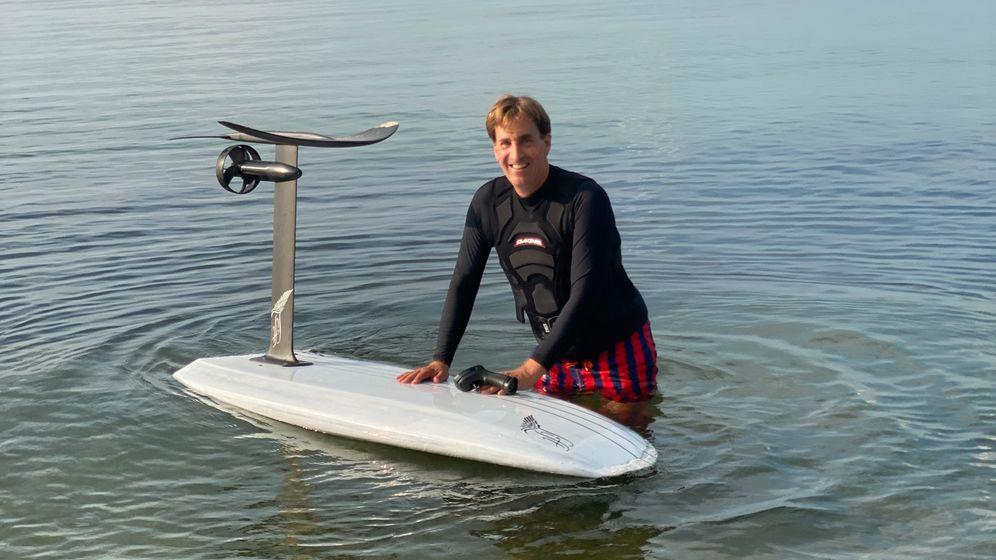 Im Wasser: Investor Jan Henric Buettner mit seinem Board
