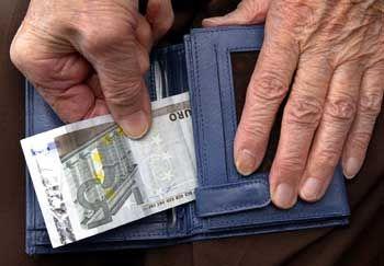 Geben und Nehmen: Der Fiskus greift ab 2005 bei der Rente stärker zu, dafür werden die Beitragszahler entlastet