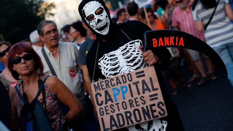 Proteste in Madrid: Die Regierung muss sparen - da viele Regionen zugleich ihre Zahlungen verschleppen, steigt die Zahl der Konkurse an