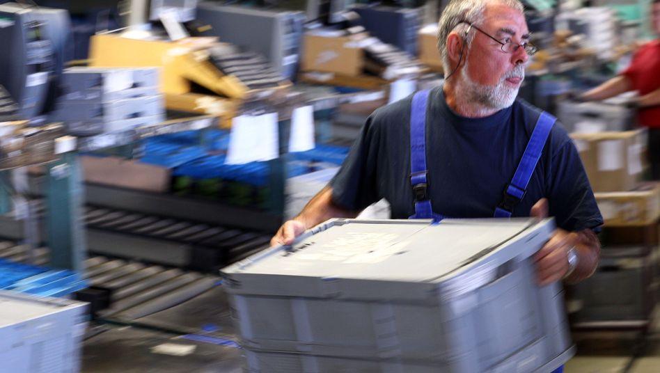Arbeiter am Paketband: Wie lange macht der Job Spaß?