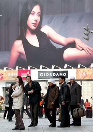 Werbung in Peking: Chinas Verbraucher sind solventer als vermutet. Service gewinnt im Reich der Mitte an Bedeutung.
