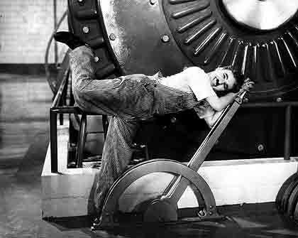 """Schreckgespenst Fortschritt: Charlie Chaplin verbildlichte in seinem Film """"Moderne Zeiten"""" die alten Ängste, die die Menschen schon vor hundert Jahren umtrieben - das Individuum, eingeklemmt im Zahnräderwerk der Fabrik"""