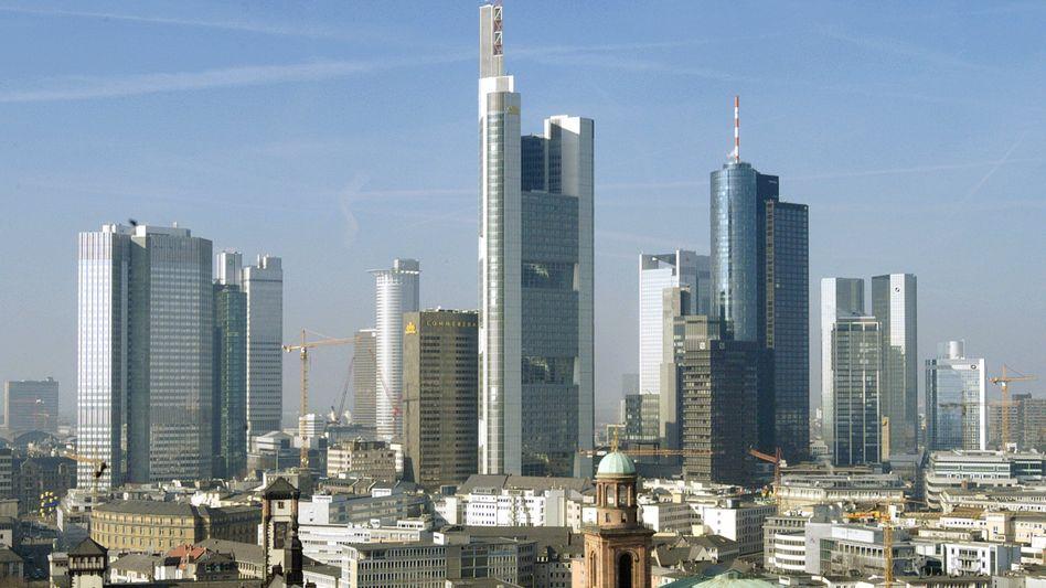 Skyline von Frankfurt: Viele Menschen fahren inzwischen weniger ins Büro und arbeiten stattdessen von zu Hause