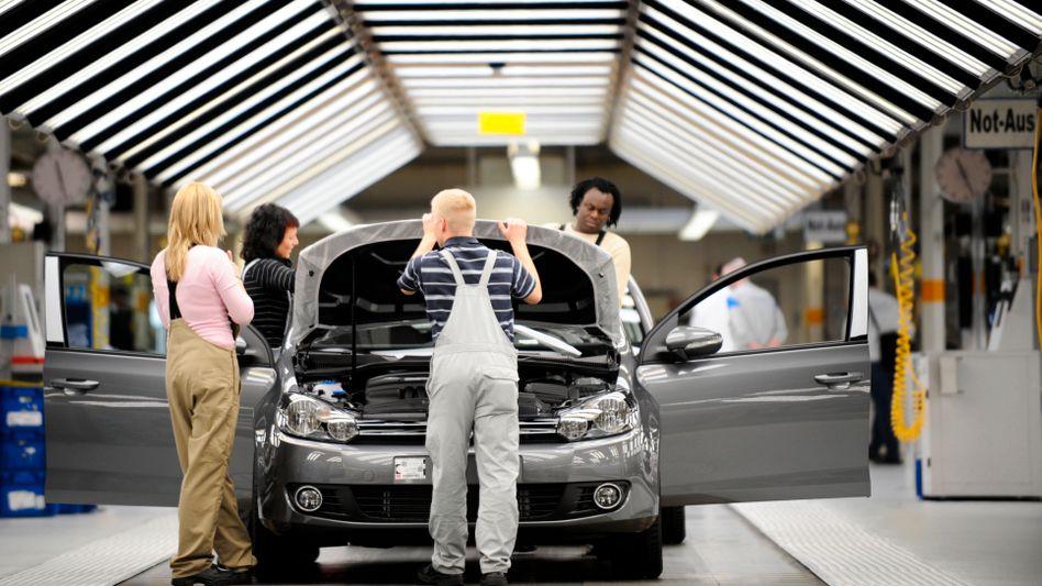 VW-Arbeiter in Wolfsburg: Es gibt 4,3 Prozent mehr Lohn, 3000 Leiharbeiter werden übernommen