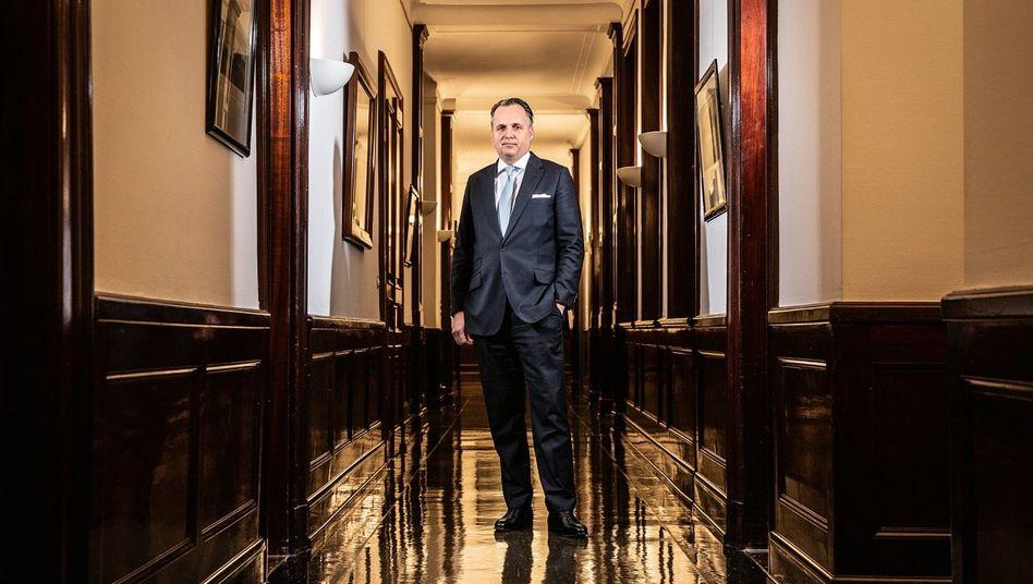 Auf Zeit: Ein Umbau der Warburg-Gruppe könnte Bankchef Joachim Olearius den Job kosten