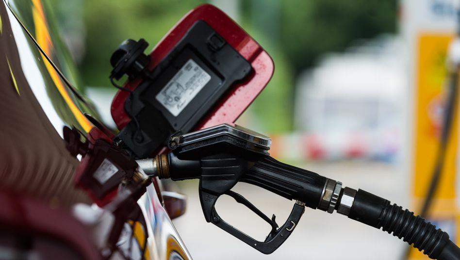 Tanken: Im März sind die Preise für Kraftstoffe um 3,3 Prozent gefallen, die für Heizöl sogar um knapp 20 Prozent