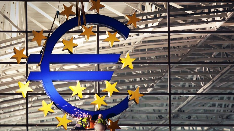 Euro-Skulptur am Flughafen Frankfurt (Archiv): Italien, Spanien und Frankreich fordern Corona-Bonds, Deutschland ist dagegen