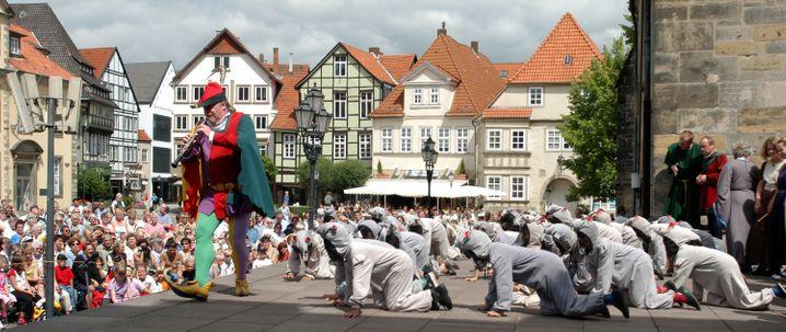 Die Deutsche Märchenstraße führt auch zu den Schauplätzen von Grimms Märchen. Wie hier zum Rattenfänger-Spiel nach Hameln.