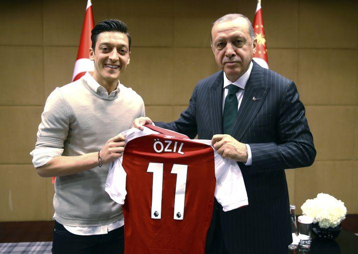 Auch Özil überreichte Erdogan ein Trikot von seinem Club, dem englischen Erstliga-Club FC Arsenal