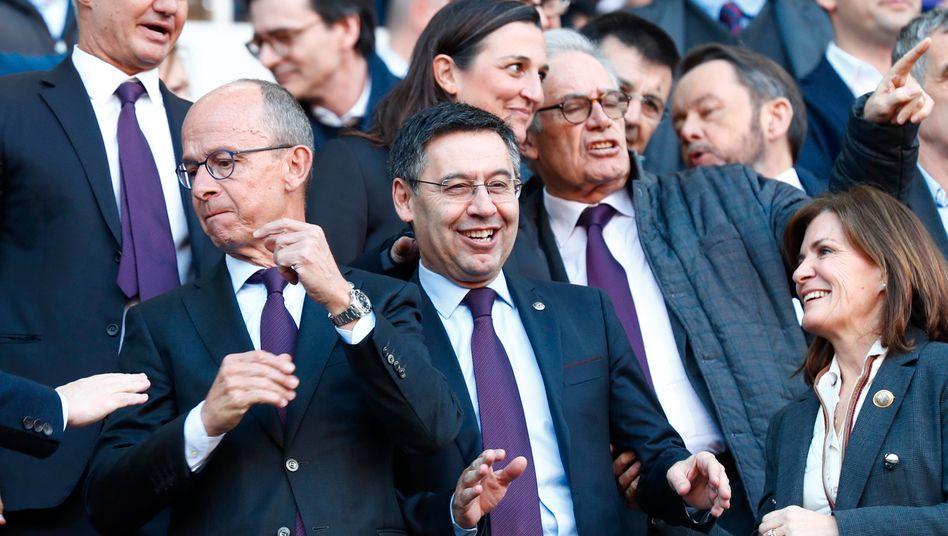 Sieht nicht so aus, wird hier aber gerade ausgebuht: Barcelonas umstrittener Präsident Josep Maria Bartomeu (Mitte) Ende Februar im Camp Nou