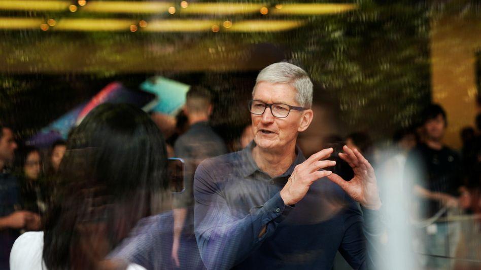 Die Begeisterung für teurere iPhones lässt in China offenbar nach: Apple-Chef Tim Cook in einem Shop in Shanghai