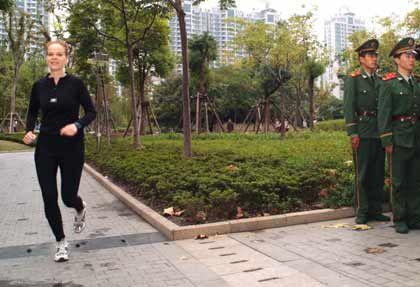 Laufen: Während andere stillstehen, joggt Regus-Managerin Katja Schimmelpfennig durch das morgendliche Shanghai