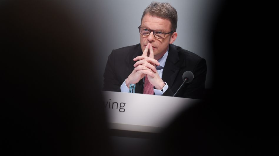 Christian Sewing: Anleger misstrauen derzeit seinem Sanierungskurs