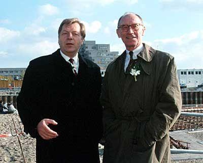 Freund und Helfer: Berlins ehemaliger Regierungschef Diepgen (l.) und der seinerzeitige Daimler-Chef Reuter formen 1994 mit tatkräftiger Unterstützung der SPD ein heikles Konstrukt