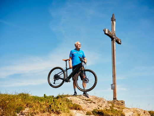 Mit 77 Jahren am Gipfel: Sportlich mag er es immer noch – zuletzt konstruierte er ein leichtes E-Mountainbike.