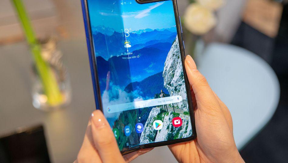 Galaxy Fold: Nach langer Verzögerung bietet Samsung das Falt-Handy ab 18. September auch in Deutschland an - es dürfte mehr als 2000 Euro kosten