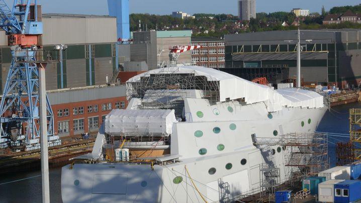"""Größte Segelyacht der Welt: Die """"White Pearl"""" im Dock in Kiel"""
