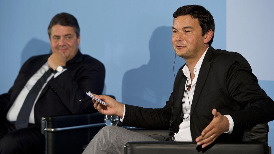 Thomas Piketty (rechts), Wirtschaftminister Sigmar Gabriel: Für die Regierenden spielt weniger eine Rolle, ob eine Theorie richtig oder falsch ist, sondern vielmehr, ob sie ihnen nützt