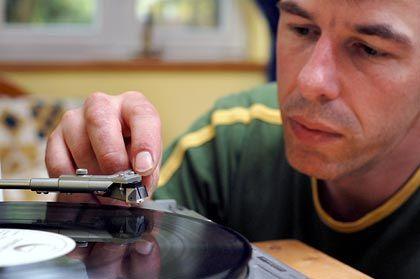 Vorsichtig die Nadel aufsetzen: Vollautomatische Plattenspielersind nicht unbedingt die beste Lösung.