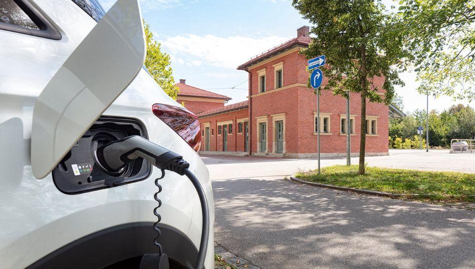 Elektroauto vor einem Bahnhof in Bayern: EU-weit stiegen die Zulassungszahlen für E-Autos in diesem Jahr deutlich