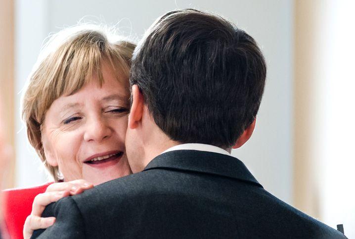 Küsschen: Merkel und Macron in Brüssel