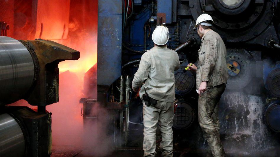 Stahlarbeiter bei Thyssenkrupp in Duisburg: Der Konzern steckt in der Krise, die Aktie rauscht abwärts.