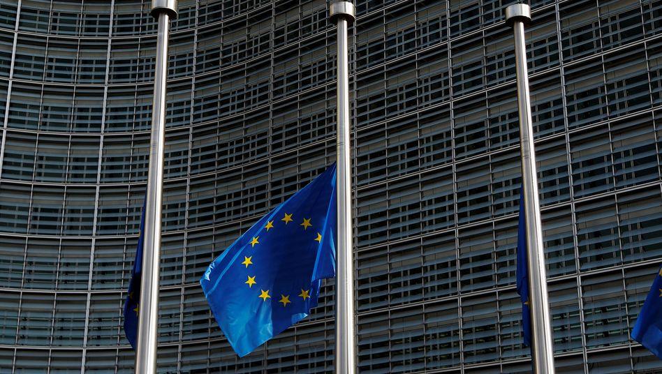 EU-Flagge vor dem Kommissionsgebäude in Brüssel: Die Mittel gegen den Defizitsünder Italien sind überschaubar