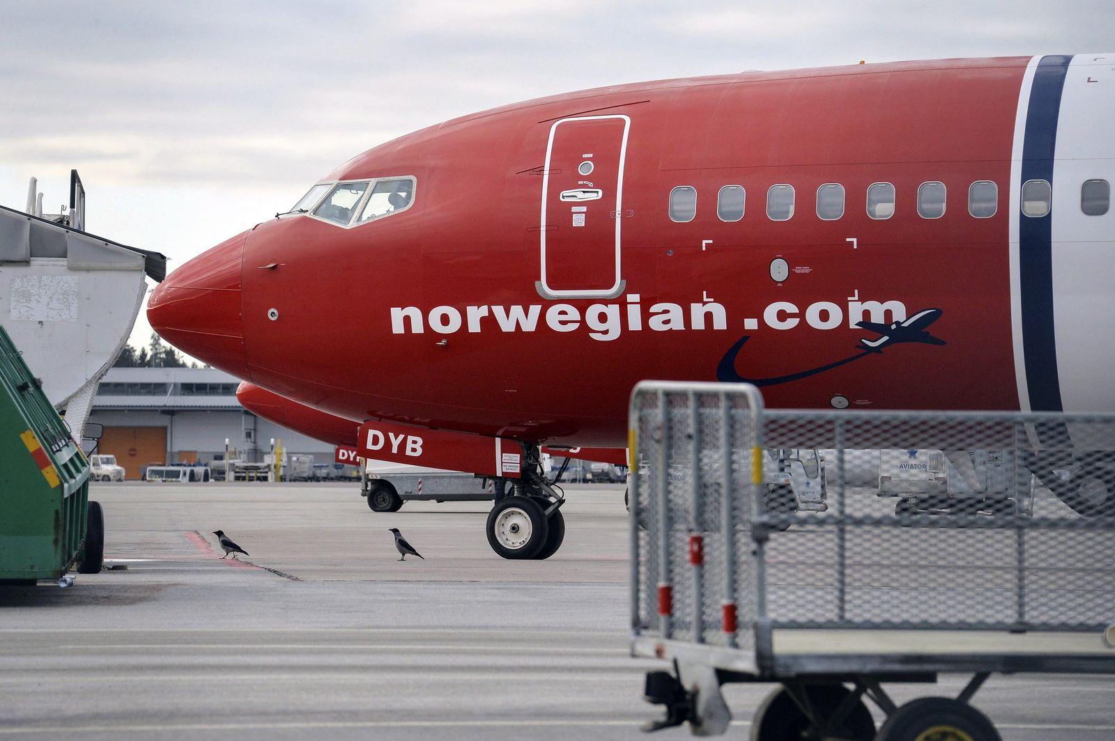 35,000 passengers affected as Norwegian pilots strike