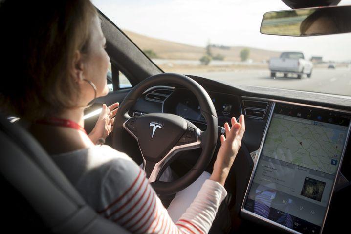 """Hände besser am Steuer lassen: Der Fahrer beziehungsweise die Fahrerin muss auch im eingeschalteten """"Autopilot""""-Modus jederzeit die Kontrolle über das Fahrzeug haben"""