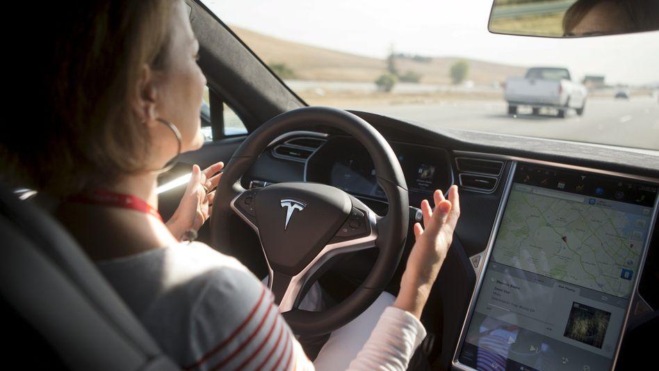 """Vorführeffekt: Demonstration des """"Autopiloten"""" bei einem Tesla-Event in Kalifornien"""