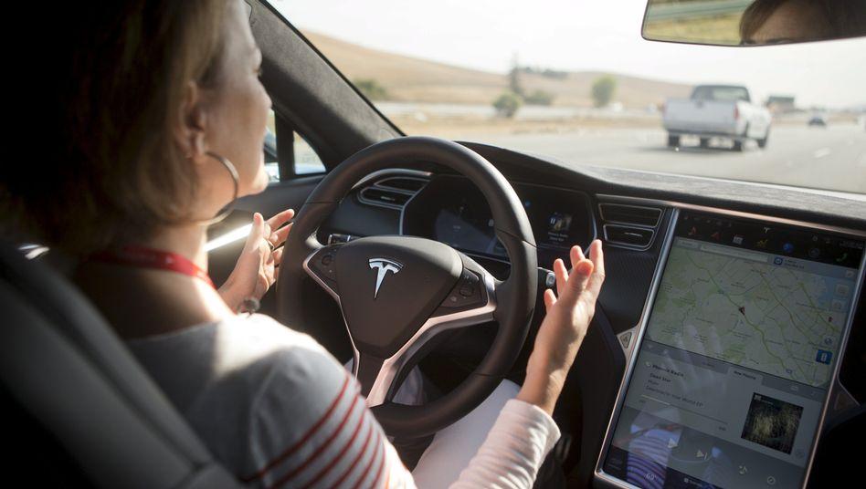 Hände weg vom Steuer - genau das sollten Fahrer auch bei aktiviertem Tesla-Autopiloten nicht tun, denn sie brechen damit Gesetze