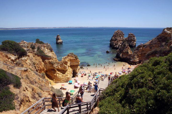 Hier wird es oft voll: Der Zugang zum Praia do Camilo ist recht schmal, daher tummeln sich hier viele Touristen auf wenig Raum.
