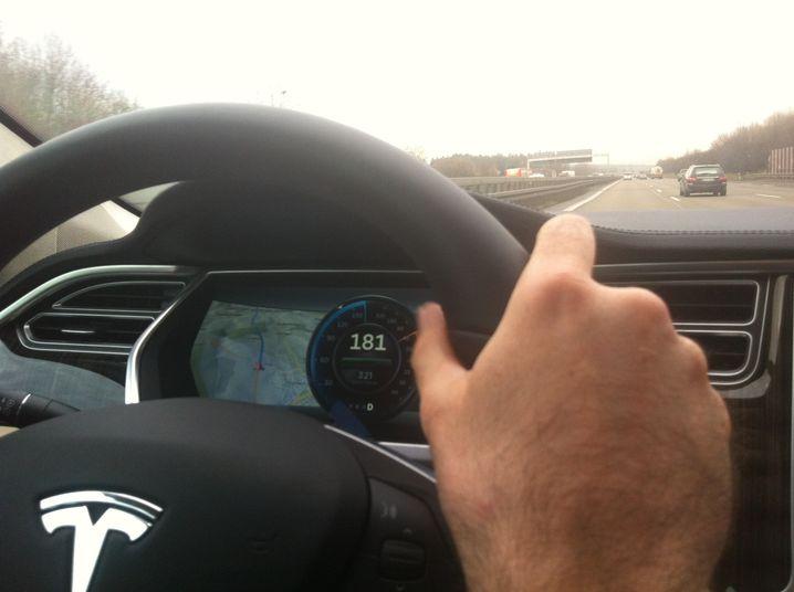 Bahn frei: Die linke Spur gehört uns, neben dem Tacho zeigt das Fahrerdisplay auch die Navigation an