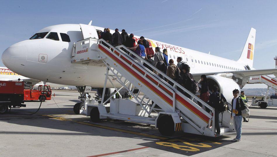 Gäste des ersten Flugs von Iberia Express: Der Billigflieger fliegt zunächst die spanischen Städte Sevilla, Alicante, Palma de Mallorca und Malaga an