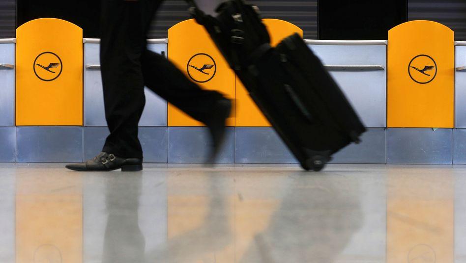 Mit der Air-Berlin-Pleite müssen Geschäftsreisende offenbar deutlich mehr für Tickets zahlen, wenn sie Flüge für ihre Mitarbeiter bei anderen Anbietern buchen