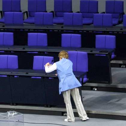 Putzfrau im Plenarsaal: Schon 2007 gab es Kritik an B+K - der Reinigungsdienst gelobte Besserung