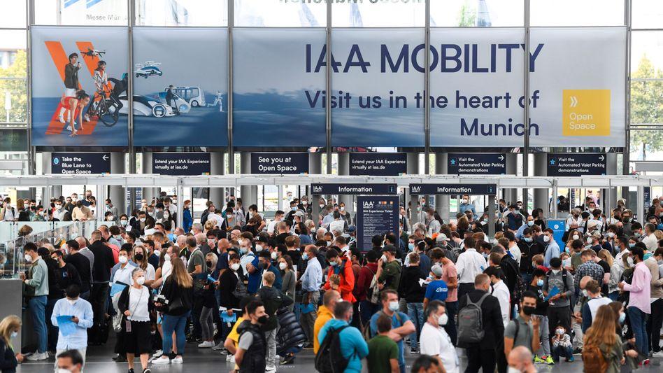 Andrang vor den Hallen des heiligen Bleches: Besucher am Eingang der IAA Mobility in München