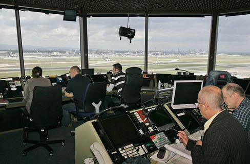 Ausnahmezustand verlängert: Fluglotsen der Deutschen Flugsicherung am Frankfurter Flughafen