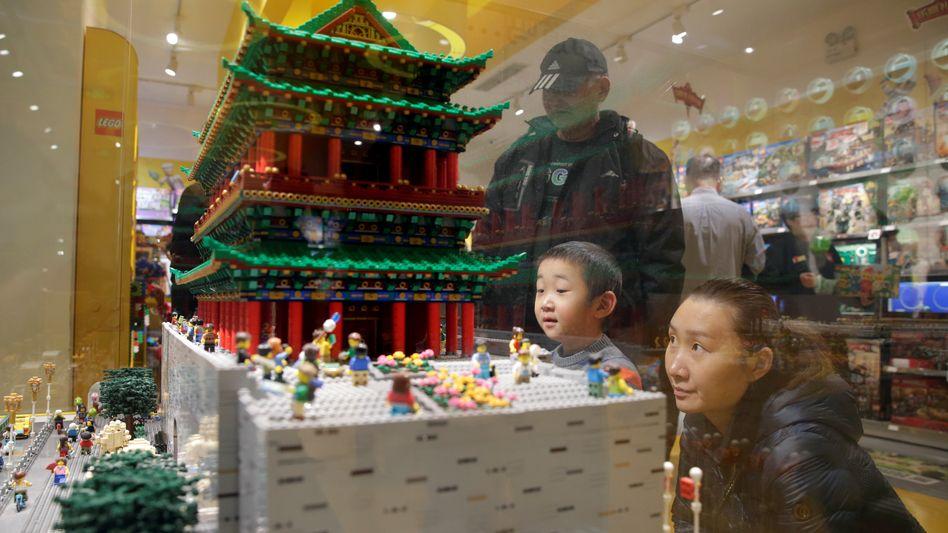Zhengyangmen-Torhaus aus Lego in einem Spielzeuggeschäft in Peking